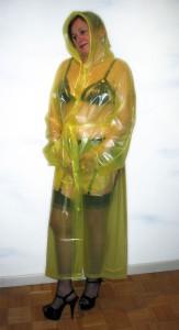 Gaby aus Düsseldorf in einem PVC Regenmantel transparent gelb